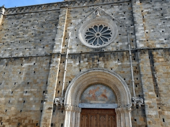 Atri la Facciata Romanica di Santa Maria Assunta.JPG