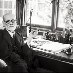 Foto 1 Freud al tavolo di lavoro.jpg