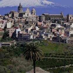 Veduta Militello Val di Catania con sfondo sull'Etna.png