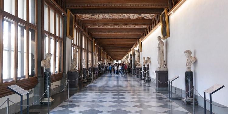 Uffizi, boom di coppie in galleria per la festa dei doni